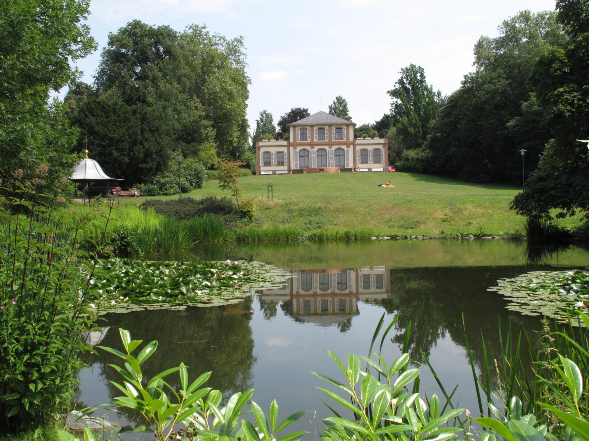 Historisches Barock Schlösschen mitten im Park mit kleinem See